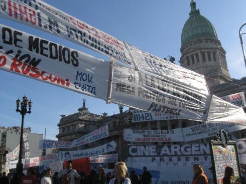El Congreso lleno de carteles, banderas, pancartas...